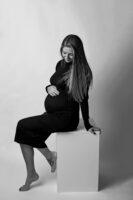 Sesja ciążowa studyjna czarno biała Klaudii