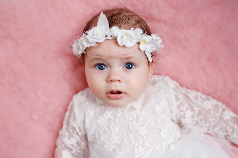 Łucja sesja domowa niemowlęca
